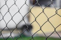 Draadomheining & x28; cycloon fencing& x29; bij het herhalen van patronen stock foto