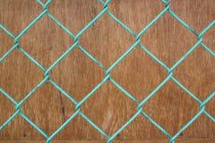 Draadomheining op bruine houten achtergrond Royalty-vrije Stock Afbeeldingen