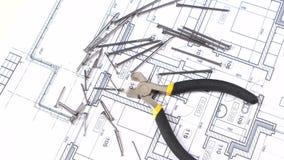 Draadscharen met geel, grijs handvat bij de bouw stock videobeelden