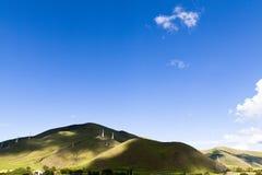 Draadtoren op groene moutain Stock Foto's