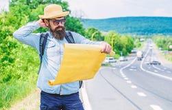 Draag goede kaart De toerist backpacker bekijkt kaart kiezend reisbestemming bij weg Sta erkennen genoeg details aan toe stock fotografie