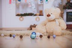 Draag met de dozen van de Kerstmisgift Stock Afbeeldingen