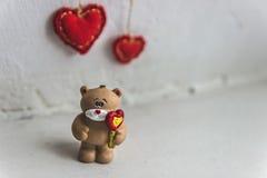 Draag met hart De dag van de valentijnskaart Stock Foto's