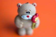 Draag met hart De dag van de valentijnskaart Stock Fotografie