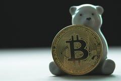 Draag pop houdend gouden bitcoin op onduidelijk beeldachtergrond stock afbeeldingen