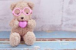Draag pop houdend roze hartvorm Stock Foto's