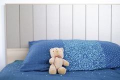 Draag pop slaapt eenzaam op bed royalty-vrije stock afbeeldingen