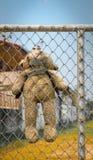 Draag werd gehangen op metaalomheining Stock Foto
