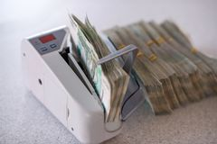 Draagbaar apparaat om geld en een bundel van Russische rekeningen te tellen royalty-vrije stock afbeeldingen