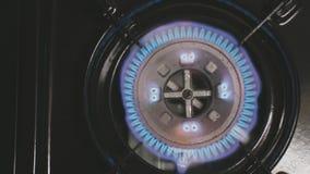 Draagbaar en draagbaar gasfornuisinschakelen en begin om langzame geanimeerde video te branden stock videobeelden