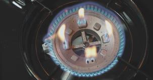 Draagbaar en het kamperen gasfornuis in actie stock footage