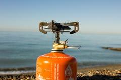 Draagbaar gasfornuis op het strand Royalty-vrije Stock Fotografie