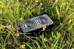 Draagbare audiospreker in het gras stock fotografie