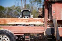 Draagbare houten malenmachine op een vrachtwagen stock afbeeldingen