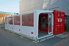 Draagbare rode ladingscontainer met twee ATMs na aardbeving in Christchurch, Nieuw Zeeland stock foto's