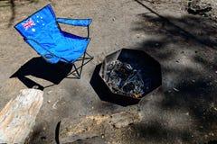 Draagbare stoel met vlag die van Australië zich dichtbij brandplaats bevinden stock fotografie