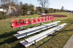 Draagbare tribunes met rode zetels op bovenkant Stock Afbeeldingen
