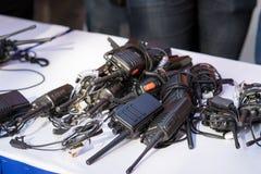 Draagbare walkie-talkies op lijst bij een gebeurtenis stock fotografie