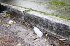 Draagstoel op de straat als resultaat van menselijke achteloosheid royalty-vrije stock fotografie