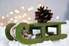 Draagt de Kerstmis groene slee denneappel, lichte sterslinger, uitstekende stijl, de nieuwe samenstelling van de jaarnacht stock foto's