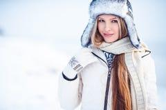 Draagt de manier openluchtfoto van schitterende vrouw met lang blondehaar luxueuze witte laag royalty-vrije stock foto's