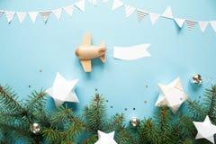 Draagt het houten vliegtuig van kinderen in de hemel een lege banner stock fotografie