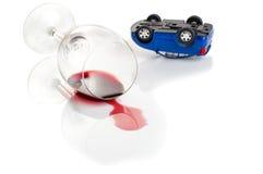 Draai de auto en het glas wijn niet dronkenschap bij het rijden stock afbeelding