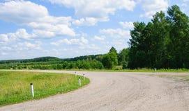 Draai van de eenzame weg in platteland Stock Afbeeldingen