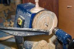 Draaibank met houten producten en spatiesclose-up Achtergrond voor de timmerwerkworkshop royalty-vrije stock afbeeldingen
