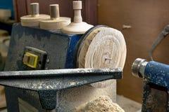 Draaibank met houten producten en spatiesclose-up stock foto