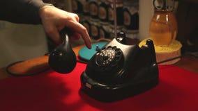 Draaiend met een retro roterende telefoon, draait de mens in het bureau de oude telefoon stock videobeelden