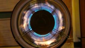 Draaiende turbine met het branden van brand stock video
