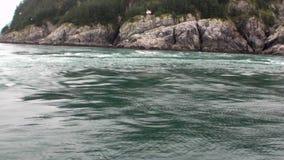 Draaikolk van water van Vreedzame Oceaan op verbazende landschappen als achtergrond Alaska stock videobeelden