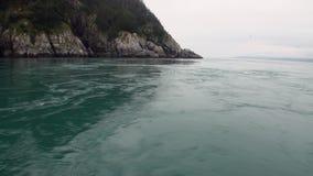 Draaikolk van water van Vreedzame Oceaan op verbazende landschappen als achtergrond Alaska stock footage