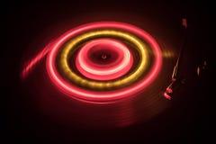 Draaischijf het spelen vinyl met het gloeien abstract lijnenconcept op donkere achtergrond Royalty-vrije Stock Afbeeldingen