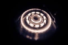 Draaischijf het spelen vinyl met het gloeien abstract lijnenconcept op donkere achtergrond Selectieve nadruk Royalty-vrije Stock Foto