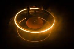 Draaischijf het spelen vinyl met het gloeien abstract lijnenconcept op donkere achtergrond Selectieve nadruk Stock Afbeeldingen