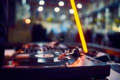 Draaischijf, vinylverslag bij nachtclub blured achtergrond stock afbeeldingen