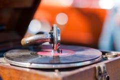 Draaischijfspeler, het dalen naaldnaald bij het vinylverslag spelen stock fotografie