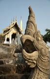 Draak dichtbij een tempel royalty-vrije stock foto's