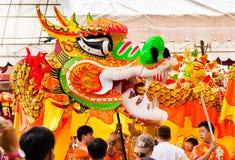 Draak die tijdens Chinees Nieuwjaar danst Stock Afbeelding