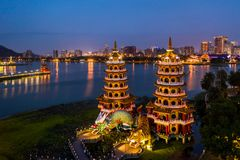 Draak en de beroemde bouw van Tiger Pagodas in zuidelijk Taiwan bij nacht, Satellietbeelddraak en Tiger Pagodas, Kaohsiung, Taiwa stock foto