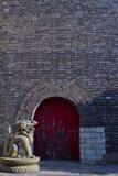 Draak en de deur royalty-vrije stock fotografie
