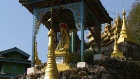 Draak en het standbeeld van Boedha onder luifel stock video