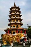 Draak en Tiger Pagodas, Lotus-vijver, Taiwan stock afbeeldingen