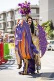 Draak met een mens op horseback in Carnaval-masker Stock Afbeeldingen