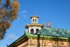 Draak op dak, Chinees dorp in Alexander Park stock foto