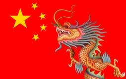 Draak op de vlagachtergrond van China Stock Foto