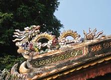 Draak op het dak van een tempel in Vietnam stock fotografie