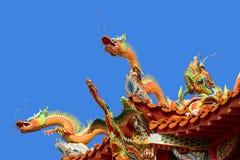 Draak op tempeldak Royalty-vrije Stock Foto's